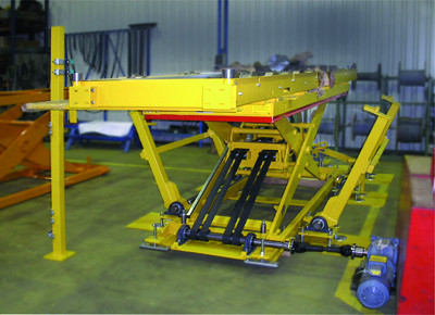 Belt-drive lift table. Detail of operation by universal joint and motor.