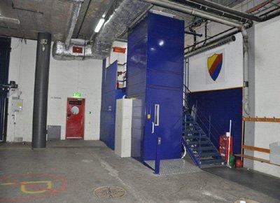 Closed column cargo lift.