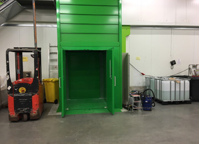 Column lift: access by a door.