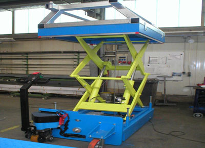 Independent mobile lift table fitted with a joystick.