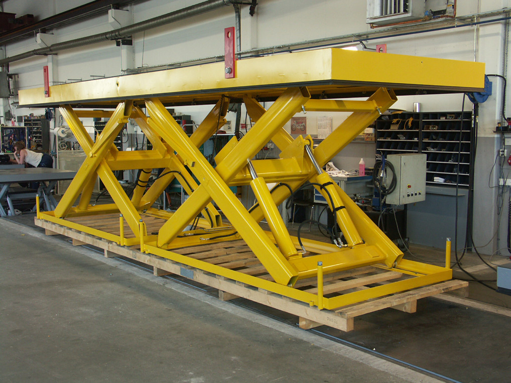 Lift table with double scissor in tandem.