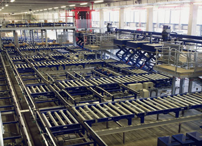 Lift tables for production chain integrated into a large intelligent warehouse.