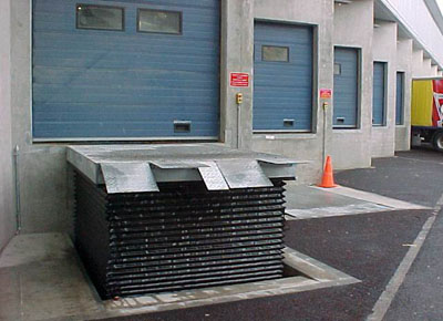 Loading dock lift table with bellows, for access to the dock from the ground.