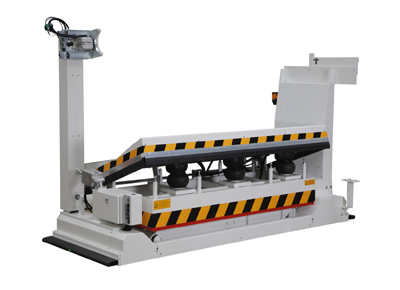 Mobile lift table with a tilting prism for the transport of coils.