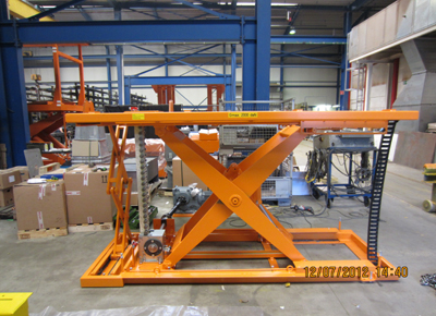 Rigid chain lift table with external motor.