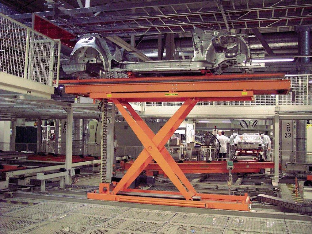 Rigid chain lift table.