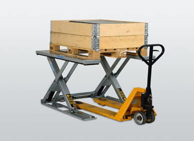 U-shaped ultra-flat lift table for access without a ramp.